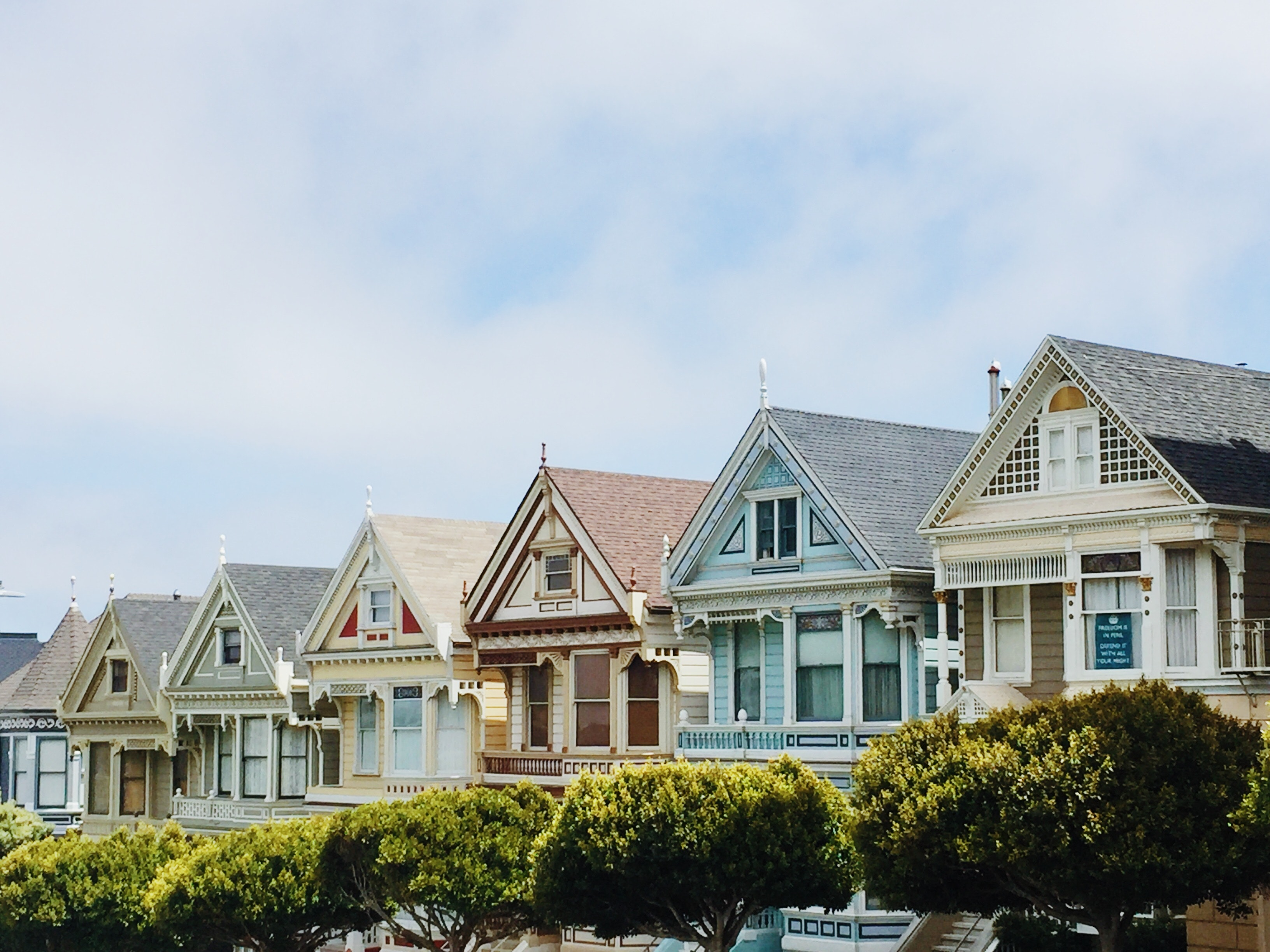 San francisco houses with differeing colours lined up beautifully net to one another